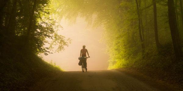 Aus dem Nebel wohindes Weges mit Sozialer Angststörung